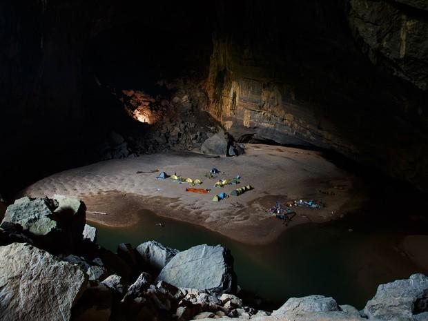 Barracas no interior de uma das câmaras da caverna (Foto: Ryan Deboodt/Divulgação/Oxalis)