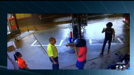 Ladrão atrapalhado cai e aponta o dedo como se fosse arma; veja vídeo