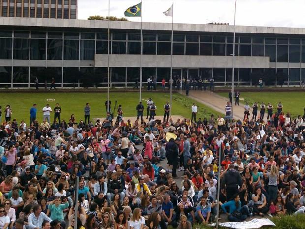 Sentados e de braços fechados, servidores da Saúde e Educação protestam em frente à sede do governo do Distrito Federal por pagamento dos salários (Foto: Etieno Sousa/Arquivo Pessoal)