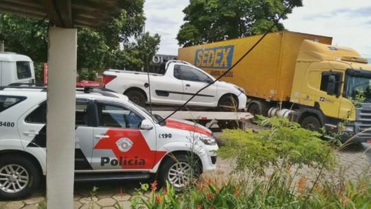 PM de Porto Ferreira, SP, impede furto de carga de caminhão dos Correios