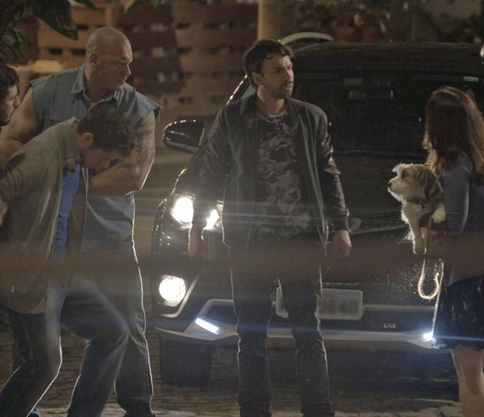 Guto manda seus capangas darem uma surra no rapaz (Foto: TV Globo)