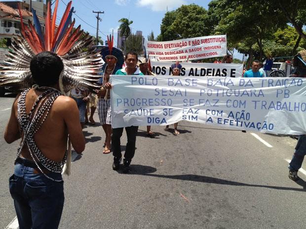 Munidos com cartazes, população indígena vida de Baía da Traição, Marcação e Rio Tinto pediam intervenção judicial no concurso (Foto: Walter Paparazzo G1/PB)