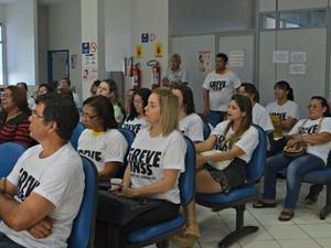 Funcionários do INSS decidiram continuar em greve durante ssembleia foi realizada nesta sexta-feira (31) (Foto: Quésia Melo/G1)