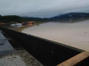 Sete comportas de barragem em Taió foram fechadas (Foto: Maurício Cattani/RBS TV)