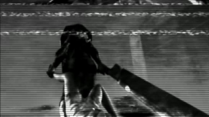 No Pachinko de Silent Hill é possível ver uma figura que parece Pyramid Head arrastando uma enfermeira (Foto: Reprodução/YouTube)