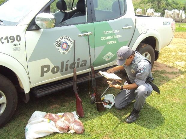 Policiais apreenderam cerca de 20 quilos de carne  (Foto: Divulgação / Polícia Ambiental )