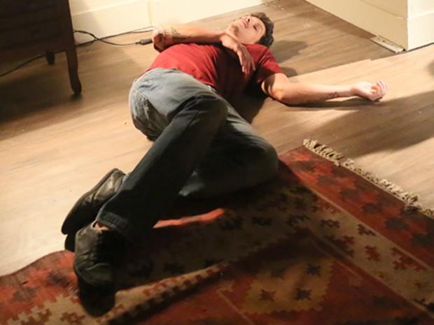 Elivaldo cai duro (Foto: Carol Caminha / Gshow)
