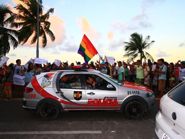 Polícia Militar monitorou de longe a passeata na orla de Maceió (Foto: Waldson Costa/G1)