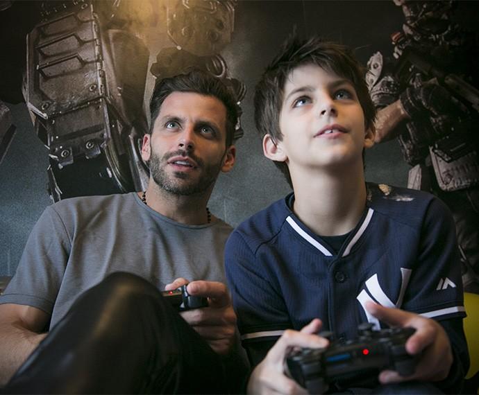 Os meninos da casam duelam também no video game (Foto: Raphael Dias/Gshow)