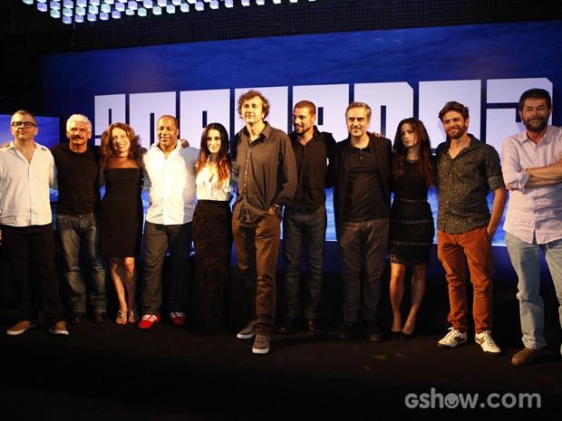 Elenco e equipe posam juntos na coletiva  de O Caçador (Foto: Inácio Moraes/TV Globo)