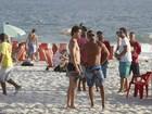 José Loreto curte praia no Rio com amigos