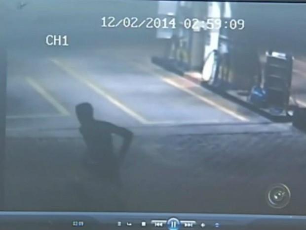 Circuito de câmeras de um posto de combustíveis flagrou ação de ladrões (Foto: Reprodução / TV TEM)