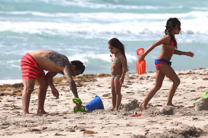 Tevez brinca com as filhas Florencia e Katia em Miami (Foto: Splash News/AKM-GSI)