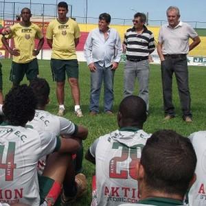 Edson Vieira com elenco do Barretos (Foto: Roberto José / Barretos Esporte Clube)