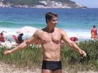 Márcio Garcia mostra ótima forma em jogo de futevôlei na praia