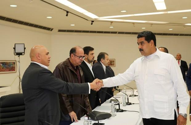 Nicolás Maduro (à direita) se reuniu com líderes da oposição no domingo (30) (Foto: Miraflores Palace/Reuters)