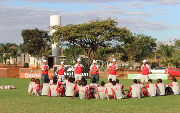 Jorge Saran conversa com o grupo antes de coletivo (Foto: Fernando Vasconcelos / Globoesporte.com)