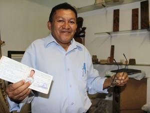 Artista carrega com orgulho carteira de registro nº 6 (Foto: Catarina Costa/G1)