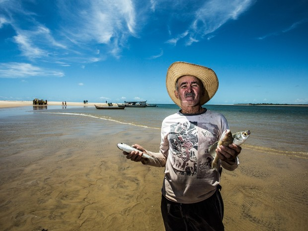 José 'Anjo' conta que o tipo de peixe que se pesca no rio mudou, agora é peixe de água salgada (Foto: Jonathan Lins/G1)