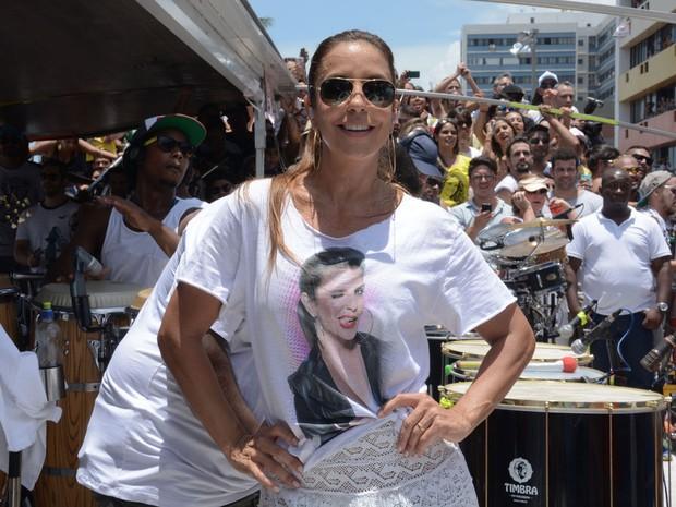 Brincalhona, Ivete posa para fotos durante show no arrastão (Foto: Jefferson Peixoto/Agência Haack)