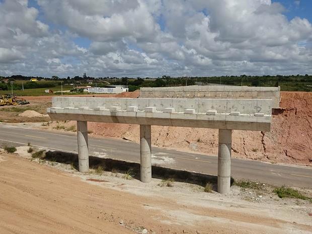 Viaduto sobre a BR-406 não foi concluído (Foto: Fernanda Zauli/G1)