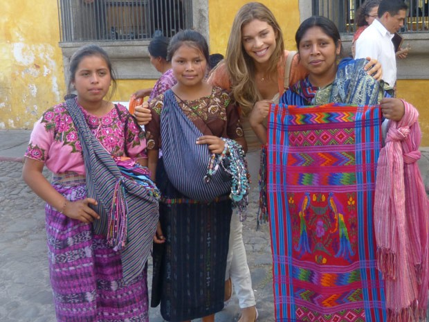A atriz fez questão de tirar uma foto  (Foto: Flor do Caribe/ TV Globo)