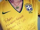 Fernanda Rodrigues torce com camisa autografada por Júlio César