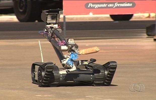 Robô utilizado pelo COE para detonar explosivo em Goiânia, Goiás (Foto: Reprodução/Tv Anhanguera)