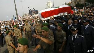 Milhares compareceram à Praça dos Mártires de Beirute para o funeral deste domingo (Foto: BBC)