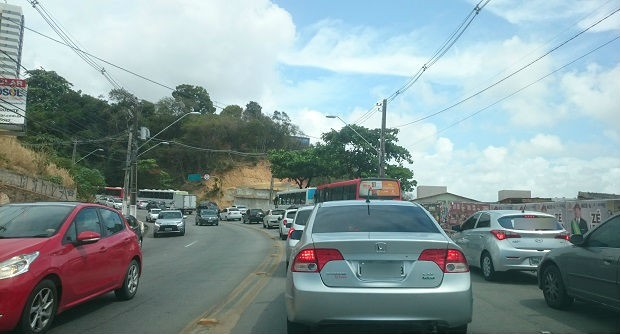 Congestionamento longo se formou na Ladeira Geraldo Melo e refletiu no trânsito no Poço (Foto: Cau Rodrigues/G1)