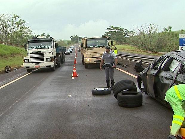 Acidente deixa uma das pistas da rodovia Antônio Duartye Nogeuria inderditada por duas horas (Foto: Reprodução/EPTV)