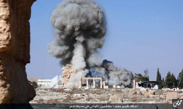 Foto sem data divulgada no dia 25 de Agosto em uma rede social usada por militantes do Estado Islâmico mostra a fumaça decorrente da explosão do templo de Baalshaminm de 2 mil anos de idade, em Palmira (Foto: Conta do Estado Islâmico nas redes sociais via AP)