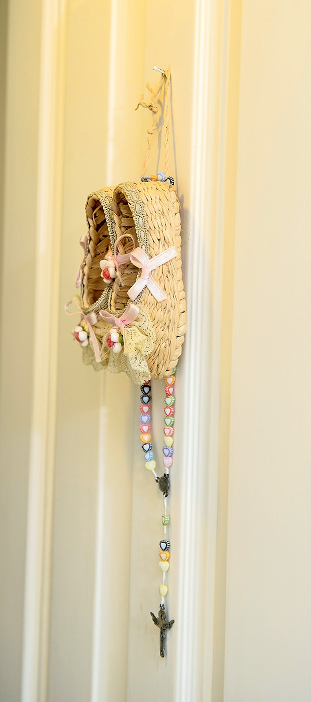 Sapatinhos na porta:  lembrança de viagem do casal para a França  (Foto:  )