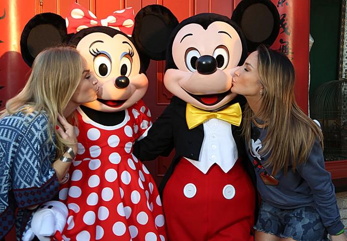 Mickey e Minnie ganham beijinhos das loiras (Foto: Thiago Fontolan / Gshow)
