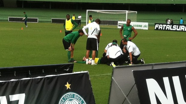 Bottinelli deixa o treino do Coritiba, ap&#243;s carrinho de Lincoln (Foto: Gabriel Hamilko / GloboEsporte.com)