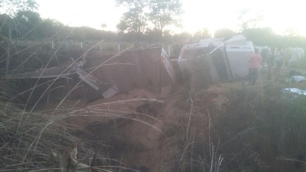 Caminhão tombou após motorista sofrer convulsão (Foto: Ana Paula Rehbein/TV Anhanguera)