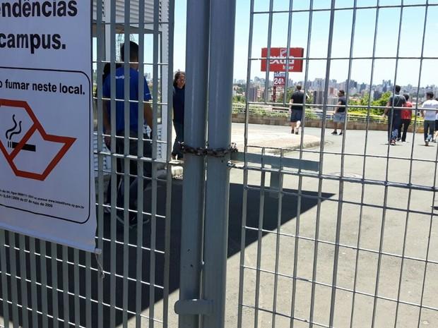 Portões são fechados para início da 1ª fase do vestibular da Unicamp (Foto: Arlete Moraes / G1)