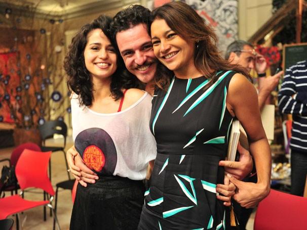 Rodrigo Lombardi posa com Dira Paes e Nanda Costa no workshop da próxima novela das nove (Foto: TV Globo/ João Miguel Júnior )