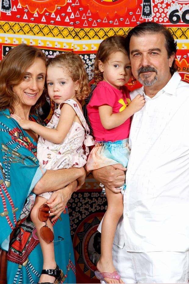 Betty Gofman com Hugo Barreto e as filhas (Foto: Vera Donato e Gianne Carvalho / Divulgação)