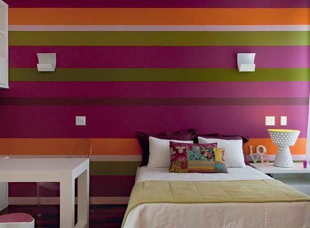 O colorido tem a cara da adolescente que habita o quarto. A parede tem uma paleta de cores energéticas. A arquiteta Andrea Murao elegeu os tons de roxo, verde e laranja e criou listras que se repetem, ora finas, ora grossas (Foto: Ronaldo Rizzutti/Casa e Jardim)