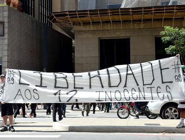 torcida do Corinthians faz protesto pelos torcedores presos na Bolívia (Foto: Alexandre Moreira / Ag. Estado)