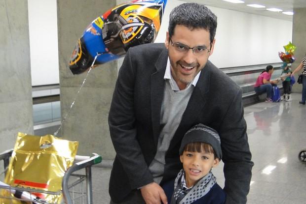 Bruno Garcia e o pequeno Daniel Brasil (Foto: Louco por Elas / TV Globo)