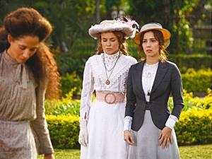 Isabel vê Laura, mas não quer conversar (Foto: Lado a Lado / TV Globo)