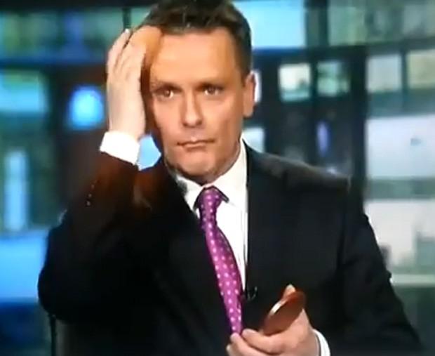 Âncora foi visto se maquiando durante programa ao vivo (Foto: Reprodução)