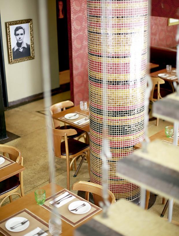A coluna central coberta de pastilhas, original, e a foto do artista plástico Amedeo Modigliani são destaque do MoDi, que fica no térreo do charmoso edifício Paquita, construído na década de 50 (Foto: Rogério Voltan/Editora Globo)