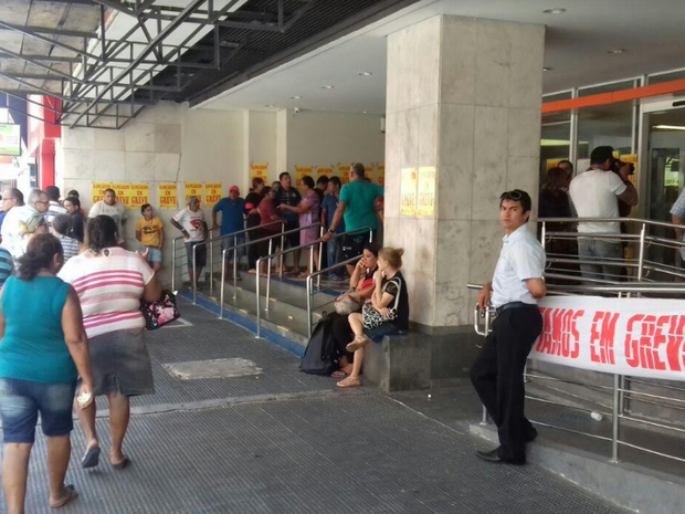 Clientes fazem fila para entrar em agência bancária no Centro de Fortaleza (Foto: Leandro Silva/TV Verdes Mares)
