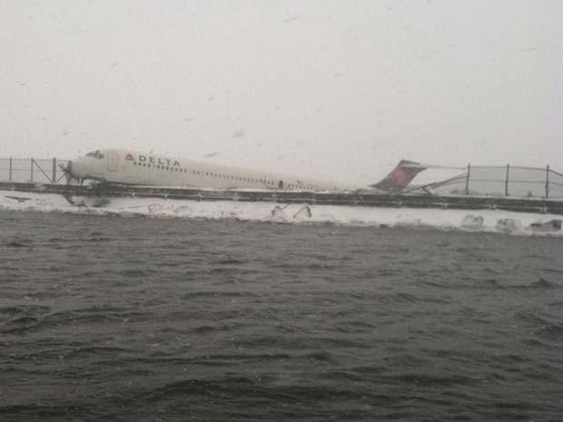 Avião da Delta derrapou na pista do aeroporto LaGuardia, em Nova York, nesta quinta-feira (5) (Foto: Reprodução/ Twitter/ New York City Fire Department)