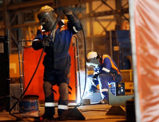Operários num estaleiro em Filadélfia ,no  Cinturão da Ferrugem.Durante um século ,esse tipo de trabalho foi comum na região.Agora ,vem escasseando (Foto: Bradley C. Bower/Bloomberg via Getty Images)