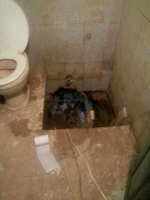 Túnel dava acesso ao banheiro de um apartamento, situado ao lado da agência bancária  (Foto: Jamile Alves/G1 AM)