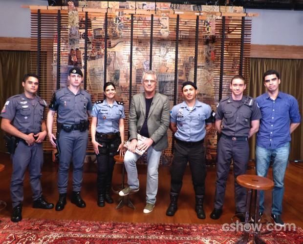 Pedro Bial e Policias Militares (Foto: TV Globo / Na Moral)
